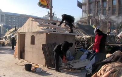 На Майдане начали строить деревянные дома