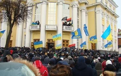 Перед зданием Винницкой облгосадминистрации полностью разобрали баррикады