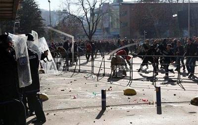 В Боснии полиция разгоняет водометами демонстрантов, штурмующих президентский дворец