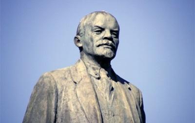 В Полтавской области обезглавили памятник Ленину и подожгли офис Партии регионов