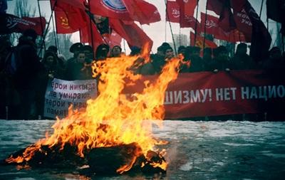 На антифашистском марше в Запорожье сожгли чучело Бандеры