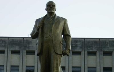 Памятник Ленину в Борисполе облили краской