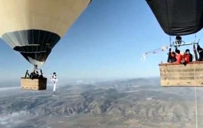 Французы попытались пройти по канату, натянутому между воздушными шарами