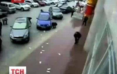 В Китае прохожие вернули супругам деньги, разбросанные ветром по всей улице