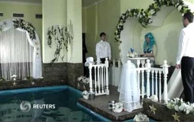 В ялтинском театре морских животных сыграли дельфинью свадьбу