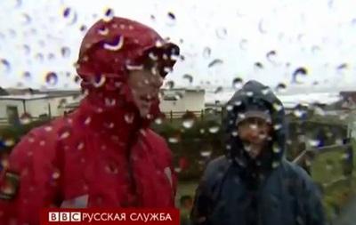 Шторм в Британии валит деревья и сдувает дома