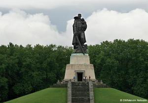 Как ухаживают за могилами советских воинов в Германии - DW