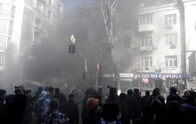 Люди выпрыгивают из окон зданий, которые штурмуют митингующие в центре Киева