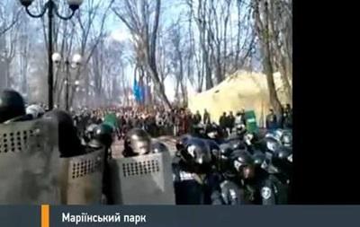 Столкновения в Мариинском парке прекратились, протестующие строят баррикады