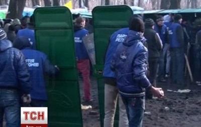 Сторонники власти вооружились брусчаткой и щитами из дверей биотуалетов