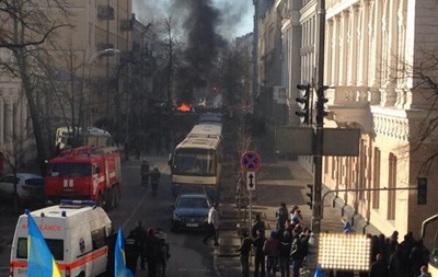 На Шелковичной раздаются взрывы, а протестующих поливают из водометов