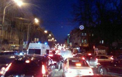 Люди массово покидают центр Киева,  магазины закрываются в экстренном режиме