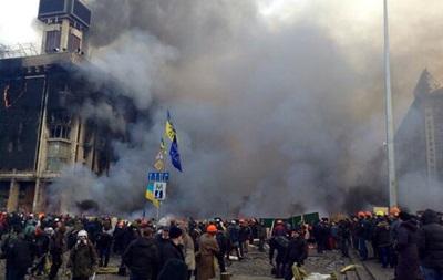 Киевляне приносят на Майдан еду и шины