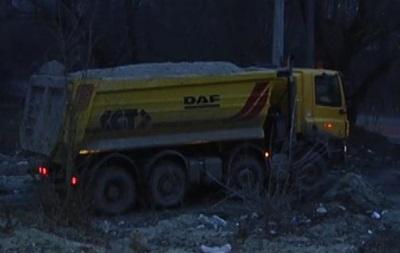 Въезд в Киев перекрыт грузовиками с песком