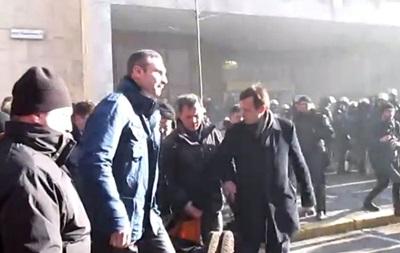 Милиция освистала Кличко, выносящего на носилках раненого активиста