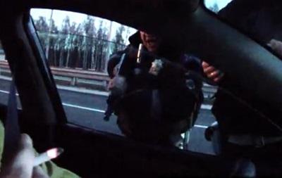В Сети появилось видео, на котором гаишник угрожает водителю автоматом