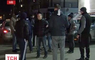 Люди с палками и лопатами патрулируют улицы и дворы Киева