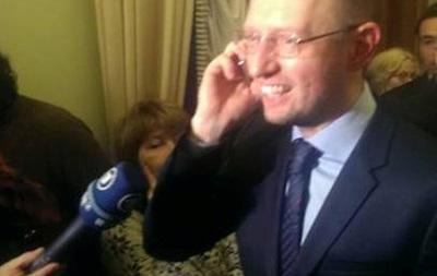 Тимошенко покинула здание харьковской больницы и едет на Майдан