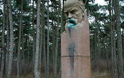 У Кіровоградській області облили зеленкою пам ятник Шевченку