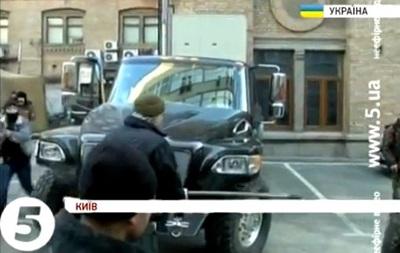 Неизвестный на Майдане повредил принадлежавший семье Януковича внедорожник