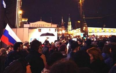 Полиция Москвы задерживает десятки людей на Манежной площади