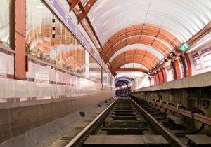 Россиянин спал на рельсах метро, пока над ним проезжали поезда