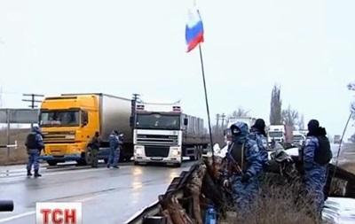 Видеосюжет о ситуации на заблокированных вооруженными людьми крымских дорогах