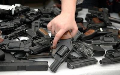 МВД обещает не наказывать тех, кто добровольно сдаст захваченное в Украине оружие