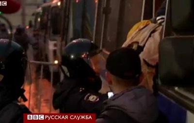 Голуби мира и задержания на антивоенной акции в Москве - BBC