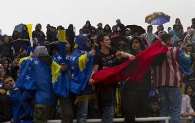 Фанаты сборной Косово сожгли флаг Сербии перед футбольным матчем