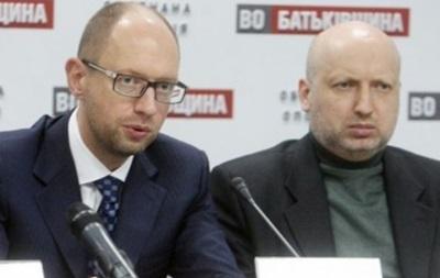 Турчинов и Яценюк поздравили женщин с 8 Марта