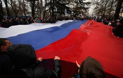 Митингующие за референдум в Севастополе развернули огромный российский флаг