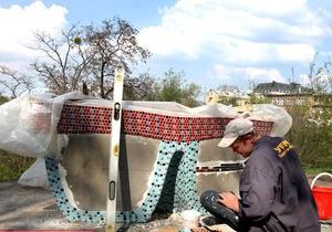 На Пейзажной аллее в Киеве начали устанавливать дизайнерские лавочки
