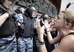 Под АП собрались сторонники Януковича, оппозиционеров не пускает милиция
