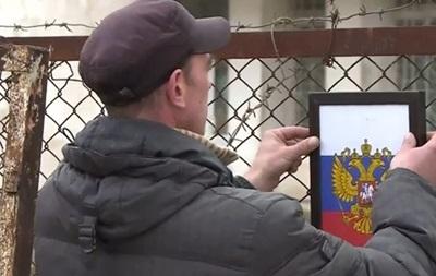 Украинские военные со слезами на глазах покидают свои части в Крыму