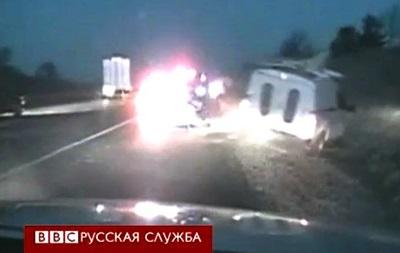Полицейский чудом спасся от пролетающей машины