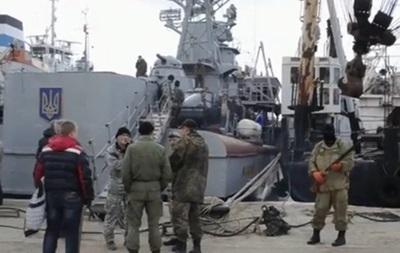 Самооборона Крыма захватила два украинских корабля в Севастополе