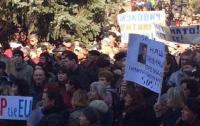 В Мариуполе митингует тысяча сторонников Януковича