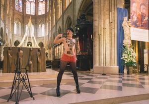 Покойся в аду: Активистка FEMEN оголилась в парижском соборе на месте самоубийства противника однополых браков