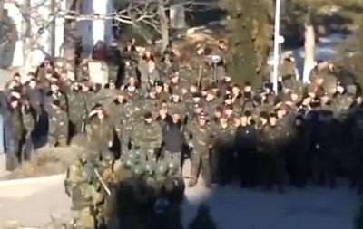 Штурм украинской авиачасти в Бельбеке: украинские военные защищают государственный флаг