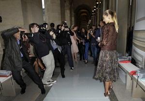 Фотогалерея: Исторический момент. В Лувре впервые прошел модный показ