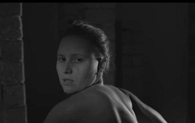 Українська художниця, що відмовилася від участі в Маніфесті 10, розбиває вертикаль влади кувалдою