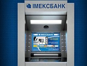 Женщина добилась возвращения депозита, приковав себя к двери банка