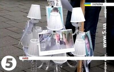Активисты, требующие люстрации в медицине, принесли под Кабмин  коррупционную люстру