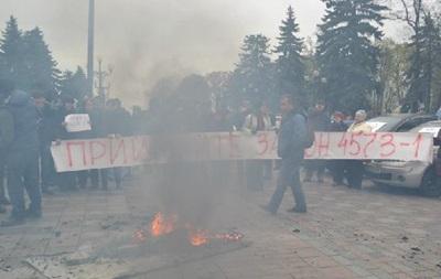 Активисты под Радой сожгли чучело коррупционера
