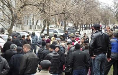 В Славянске Донецкой области вооруженные люди захватили горотдел милиции