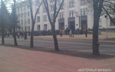 В Луганске протестующие собираются у здания ОГА, возможен штурм - СМИ