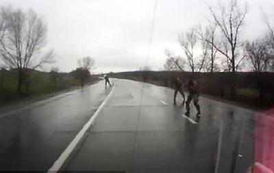 Видео обстрела автомобиля на дороге в Донецкой области