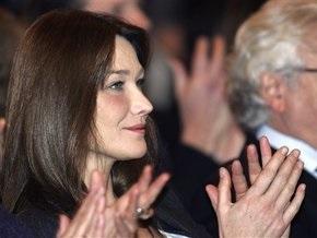 Во Франции суд запретил размещать фото обнаженной Бруни-Саркози на сумках