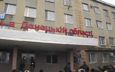 Видео: в Горловке сбрасывают с козырька сорвавшего украинский флаг